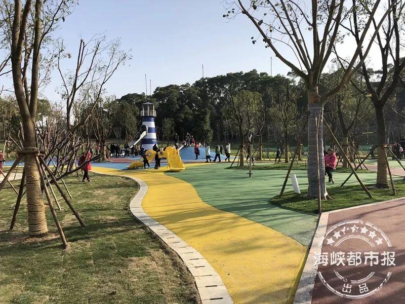 天马山公园里的灯塔滑滑梯图片