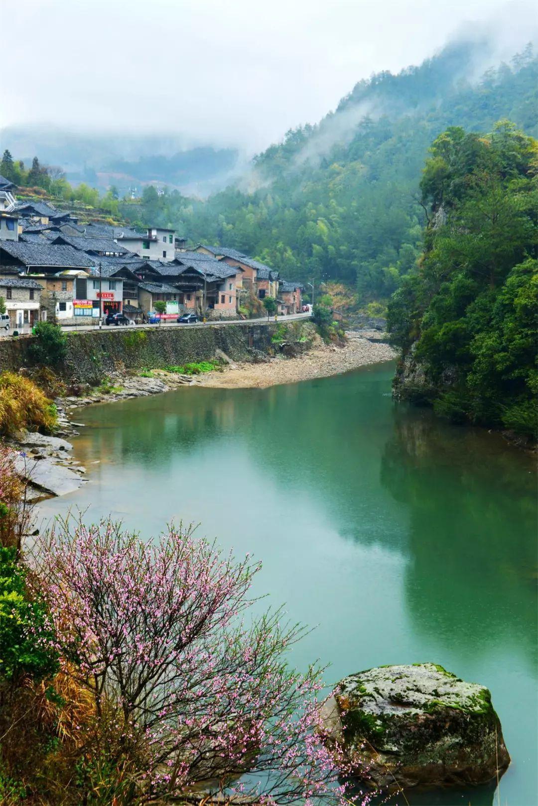 寿宁地处闽浙交界,于明景泰六年(1455年)置县,素有两省门户,五县通衢之称,现辖8镇6乡,205个行政村(社区),面积1424平方公里,人口28万,是省级扶贫开发重点县之一。寿宁是红色之乡,是福建省重点老区县。 作为国家重点生态功能区,森林覆盖率71.1%,拥有58.2万亩的富硒和68.