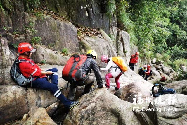 福州20名志愿者在马尾鹰猫山救出